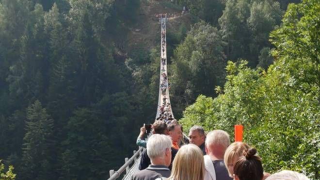 VERTIGINI Grande sfida per la folla che ha preso d'assalto il ponte tibetano nel piccolo paese di TartanoORGOGLIO Costruzione in tempi brevi grazie all'impegno dell'azienda austriaca
