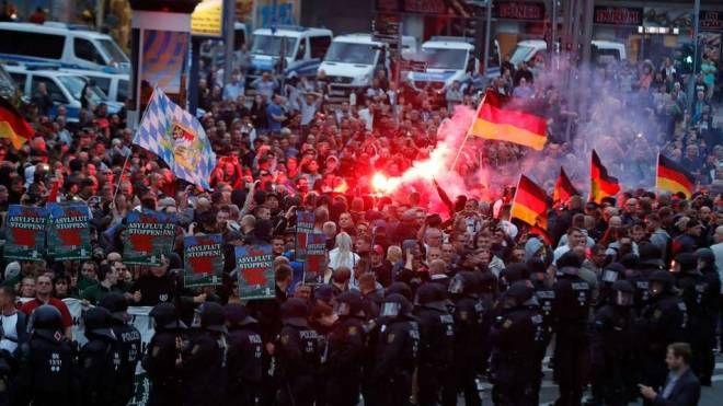 Una manifestazione in Baviera contro i migranti