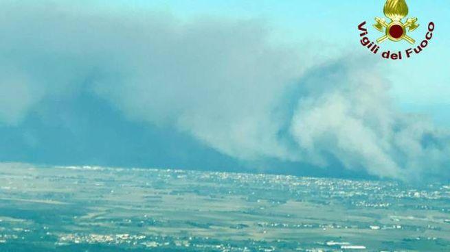Una veduta dell'incendio sul Monte Serra