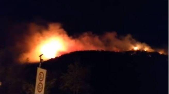L'incendio scoppiato nella zona di Avane (Foto fb Alessandro Calandrino)