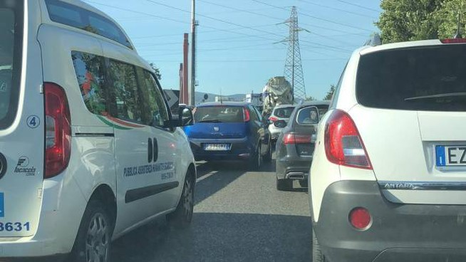 La coda sul ponte all'Indiano
