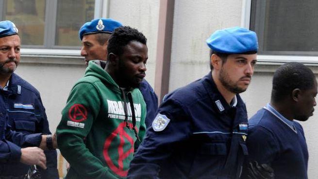 Lucky Awelima e Desmond Lucky oggi in tribunale (foto Calavita)