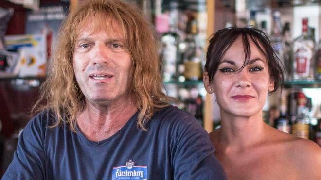Nella foto Zanza con Lucia, l'ex socia che aveva aperto un bar insieme a lui e che attualmente gestisce una lavanderia in via Tripoli