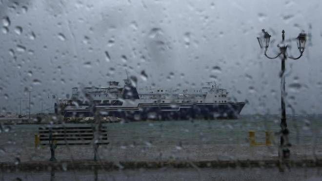 Grecia, arriva il ciclone. Una nave in porto a Rafina, vicino Atene (Ansa)