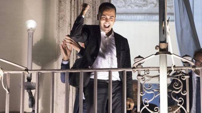 Di Maio affacciato sul balcone di Palazzo Chigi il 27 settembre (Ansa)