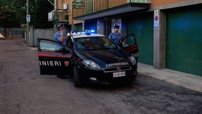 I carabinieri davanti all'abitazione della coppia