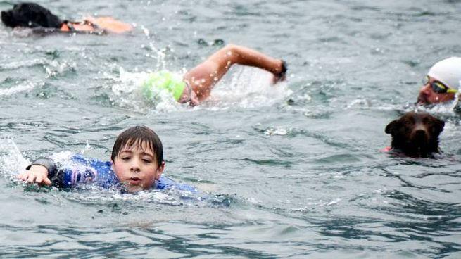 Lorenzo Corti e Red nel lago