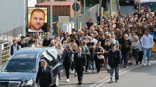 I funerali e, nel riquadro, il giovane (Foto Umicini)