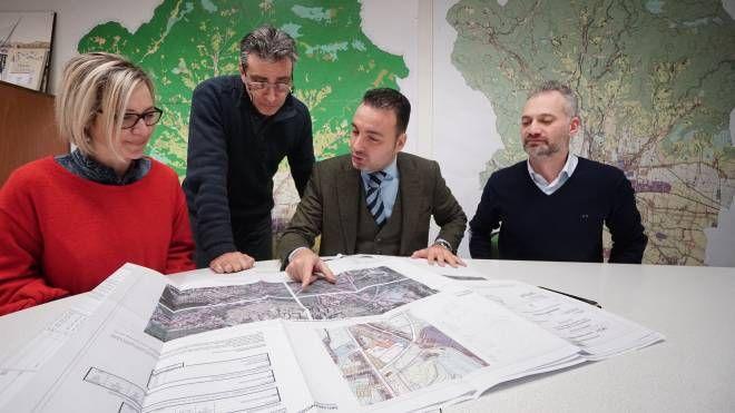 L'assessore alla mobilità Alessandro Capecchi insieme ai tecnici (Foto Castellani)