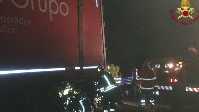 Auto tampona tir in sosta, incidente mortale in Fi-Pi-Li