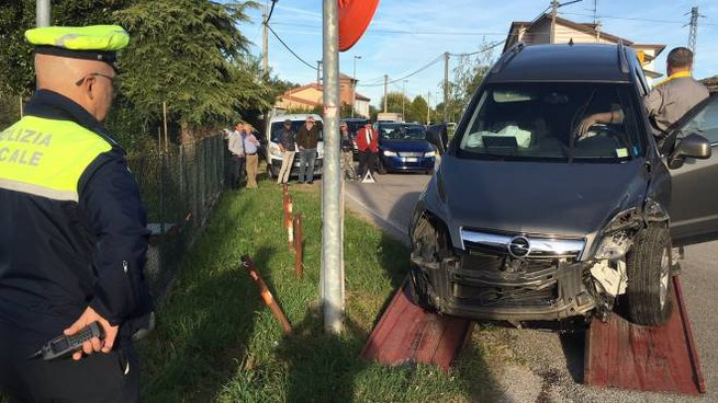 I vigili assistono alle operazioni per portare via l'Opel