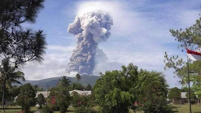Indonesia, la colonna di vapore e cenere dal vulcano Soputan in eruzione (Ansa)
