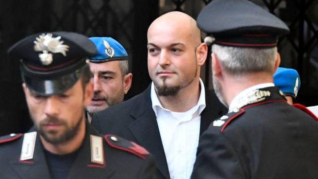 Luca Traini tra le forze dell'ordine (foto Calavita)