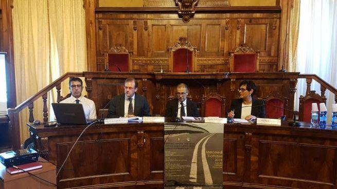 Il tavolo dei relatori alla sala del consiglio provinciale