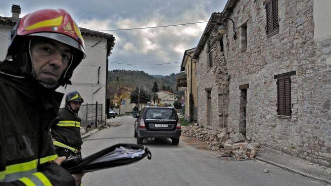 Vigili del fuoco in uno dei Comuni colpiti dal terremoto (foto Calavita)