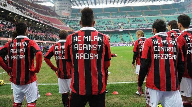 I giocatori del  Milan dopo la polemica per i cori razzisti contro Boateng nel 2013