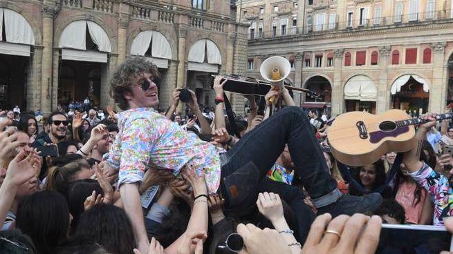 Lodo Guenzi portato in trionfo in trionfo in piazza Maggiore (foto Schicchi)