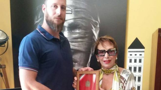 Giacomo Giannelli consegna la piastrina a Marina Salvi
