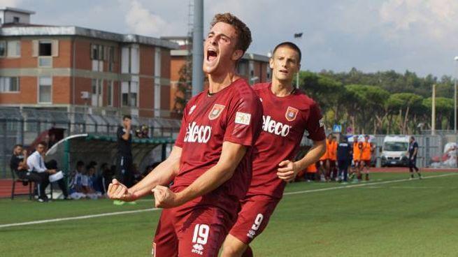 Pontedera, l'esultanza di Calcagni dopo l'1-0 (foto Sarah Esposito/Germogli)