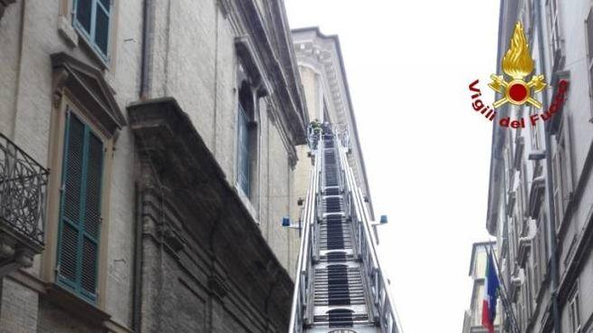 Ancona, l'intervento dei vigili del fuoco sulla facciata della chiesa di San Biagio