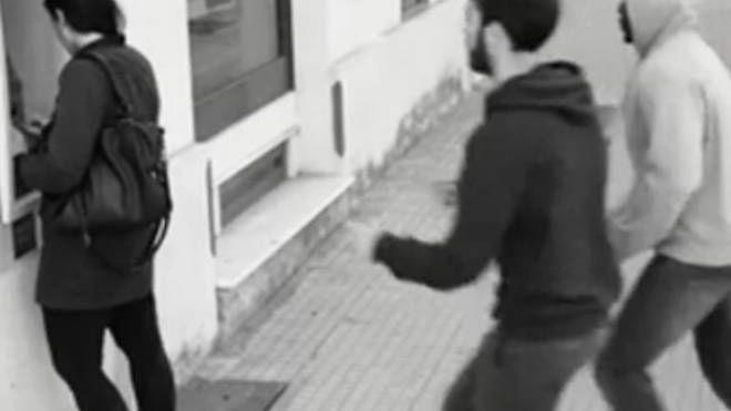 """IN AZIONE A lato un'immagine della videosorveglianza """"setacciata"""" alla ricerca  dei tratti somatici dei rapinatori dal sistema Sari. Sopra il questore Giuseppe De Angelis"""