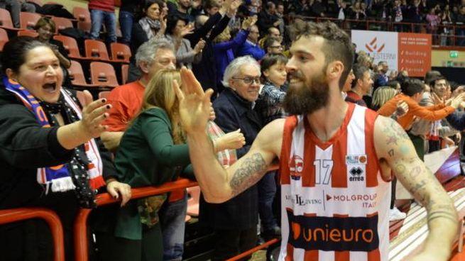 Il capitano Davide Bonacini saluta i tifosi