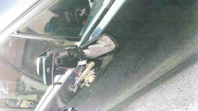 Lo specchietto dell'auto rotto