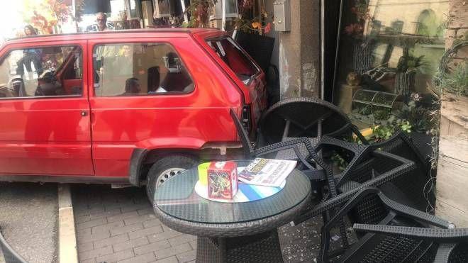 L'auto ha travolto tavolini e sedie