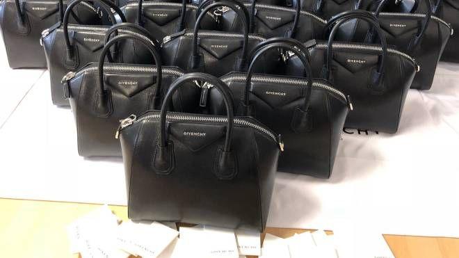 Le borse contraffatte sequestrate dalla guardia di finanza