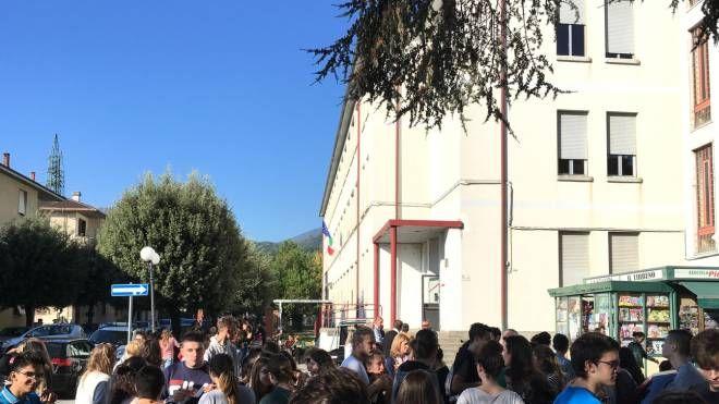 Studenti delle superiori fuori dal loro istituto  intorno alle 10