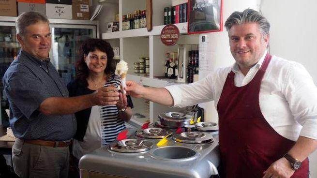 Intorno al latte della vacca pontremolese lavorano Antonio Bongi (produttore), Nadia Pedrelli e Lorenzo Chiappini (foto d'archivio)