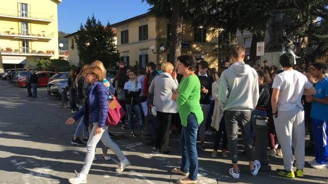 Gli studenti davanti alle scuole pontremolesi dopo la scossa e il vicesindaco Manuel Buttini giunto sul posto