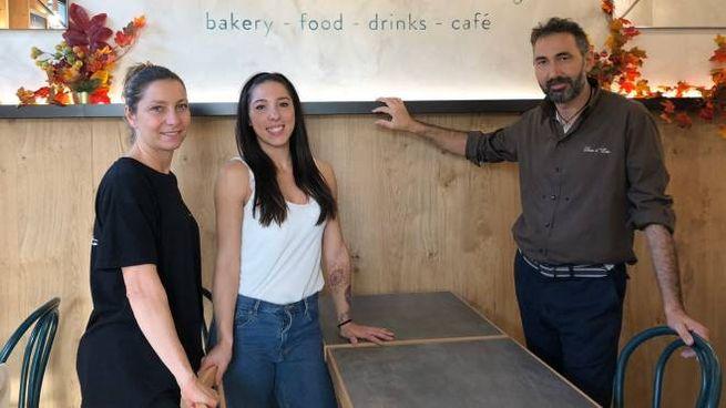 Paolo Saitta all'interno del nuovo locale  insieme a Erika Canella e Anna Pennini