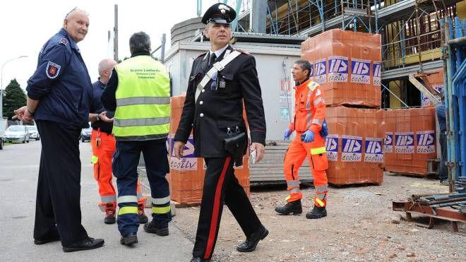 Le forze dell'ordine in un cantiere edile dopo un infortunio
