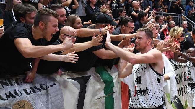 I giocatori della Virtus Bologna festeggiano con i tifosi (FotoSchicchi)