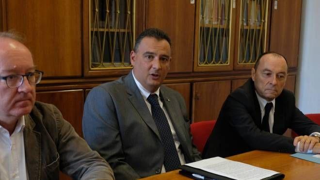 Il dottor Giacomo Costa con i direttori sanitari Stefano Busetti (Ausl) e Paolo Masperi (presidio forlivese)