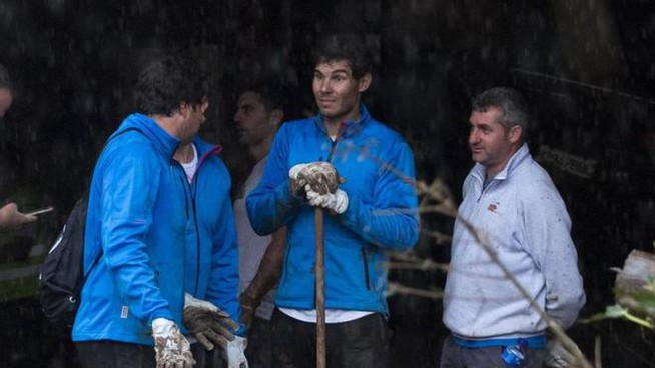 Rafael Nadal scava nel fango a Maiorca (Ansa)