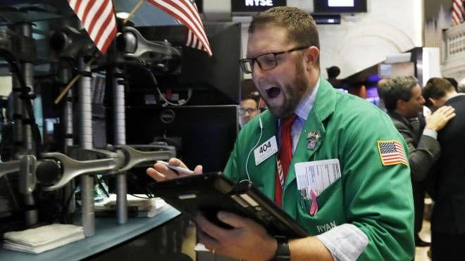 Borsa, un operatore a Wall Street (foto Ansa)