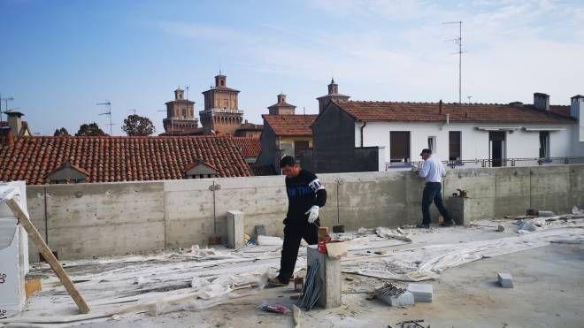 Gli operai al lavoro sul tetto del parcheggio multipiano di via Borgoricco: il Castello è bene in vista
