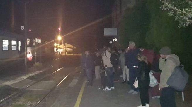 I pendolari in attesa del treno  sostitutivo dopo il guasto