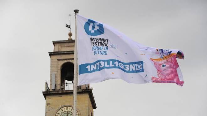 La bandiera di Internet Festival 2018 su Pisa