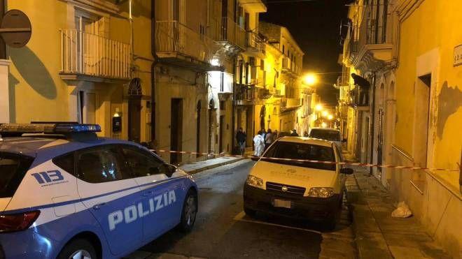 Anziana uccisa in casa a Ragusa: gli inquirenti fuori dall'abitazione (Ansa)