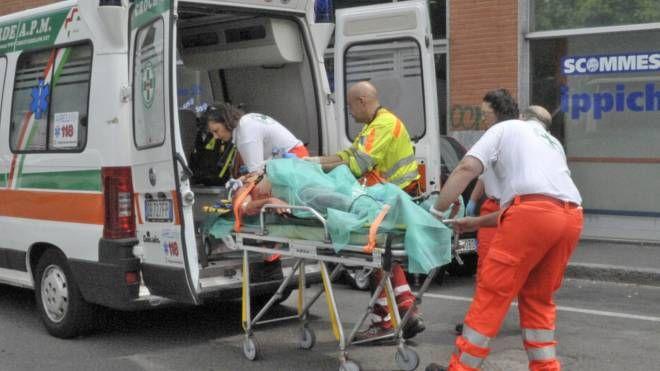 Un uomo portato via in barella sull'ambulanza (Fotowebgio)