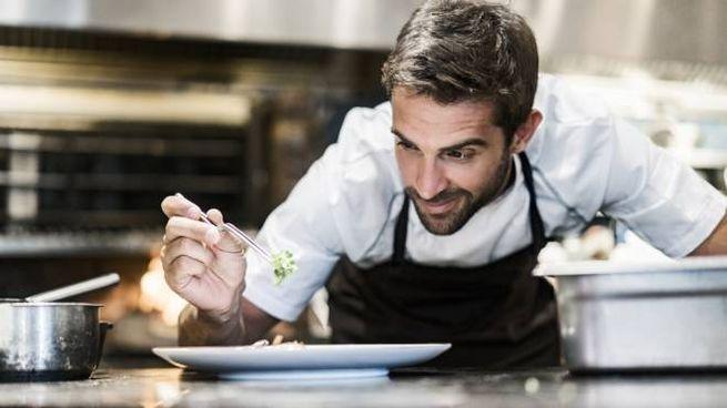 Il nuovo cuoco lavorerà nelle cucine reali - Foto: Portra/iStock