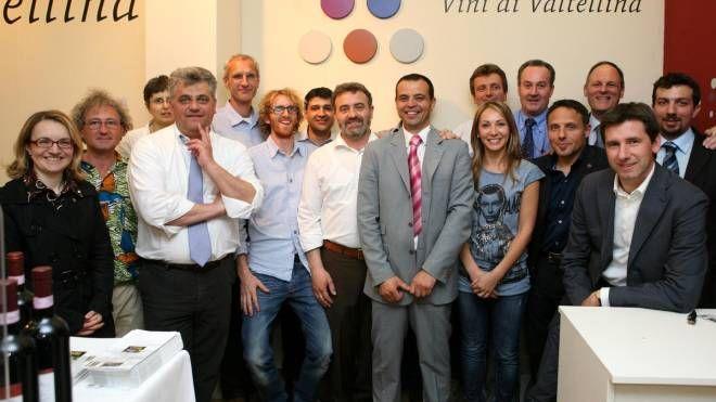 IMPRENDITORI Il gruppo dei vigneron valtellinesi. Al centro il numero uno  del Consorzio tutela vini di Valtellina Mamete Prevostini, cantina a Mese e Postalesio. È tempo di bilanci per i produttori di vino Nebbiolo della provincia