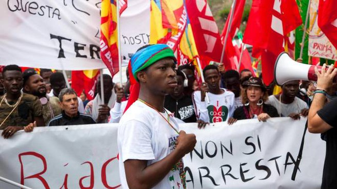 Riace, manifestazione a sostegno del sindaco Domenico Lucano (Ansa)