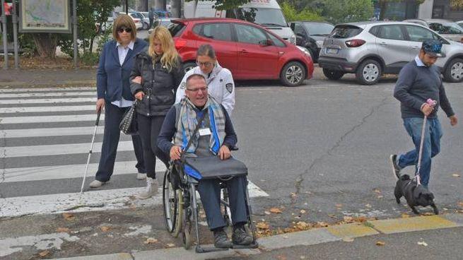 Il tour tra i marciapiedi, i gradini e gli ostacoli inaccessibili