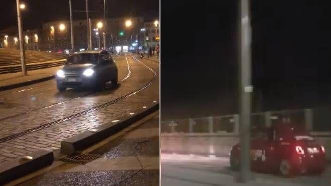 Le auto di notte sui binari della tramvia (foto d'archivio)