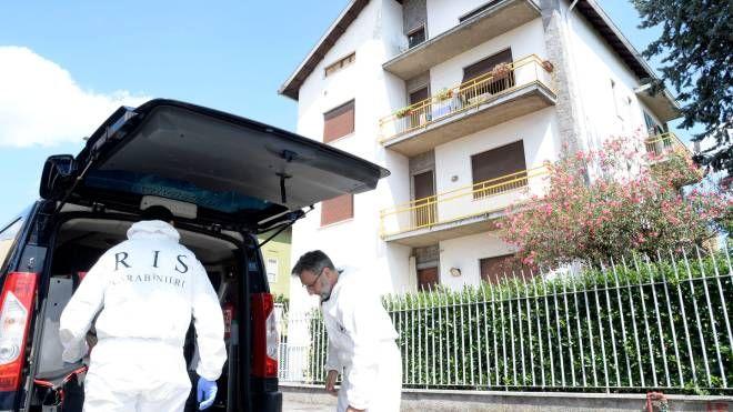 Gli investigatori davanti alla casa della pensionata