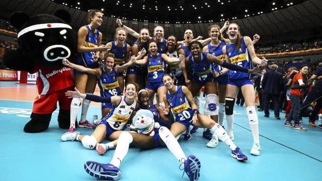 L'Italvolley femminile festeggia la conquista della finale (Ansa)